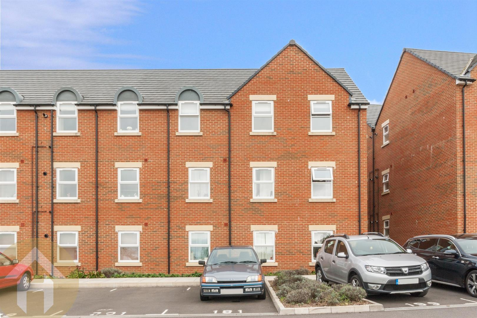 2 Bedrooms Flat for sale in Cloatley Crescent, Royal Wootton Bassett